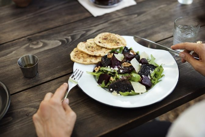 pessoa fazendo refeição com alimentos saudáveis