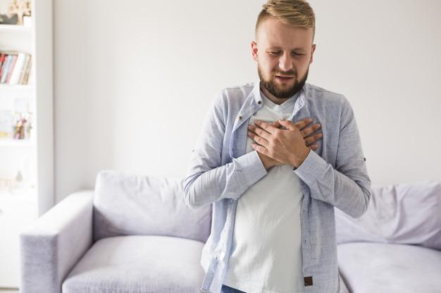 homem simulando ataque cardíaco arritmia