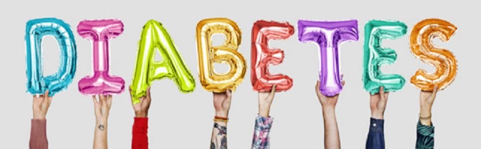 mãos segurando balões com letras de diabetes
