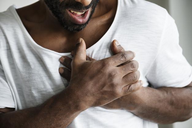 homem tendo um ataque cardíaco infarto