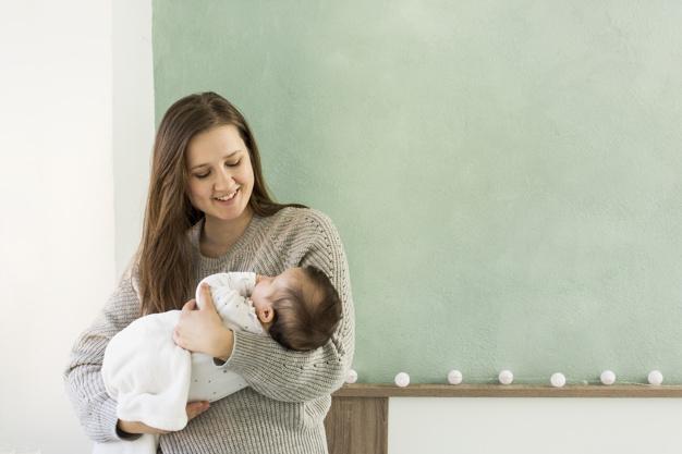 mãe segurando bebê