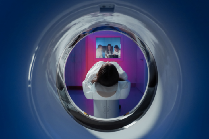 Paciente realiza exame de medicina nuclear com o acompanhamento de radiologistas.